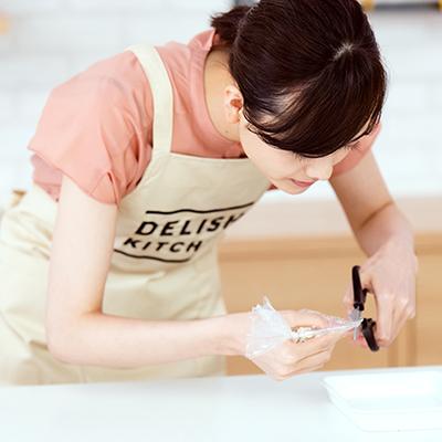 「切り込みは小さめがいいですか?」とスタッフに確認し、ハサミを入れる松井愛莉。