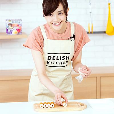 スタッフから手際のよさを褒められ、笑顔を見せる松井愛莉。