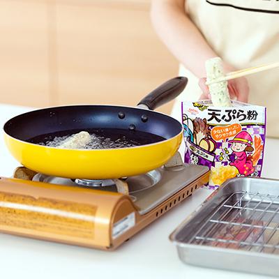 油に入れた天ぷらから、ジュワッという食欲をそそる音が広がる。