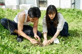 映画「宮本から君へ」より、蒼井優演じる中野靖子(右)。