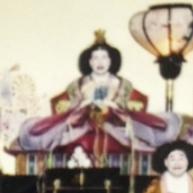 ひな人形の女雛かと思いきや、よく見ると……。