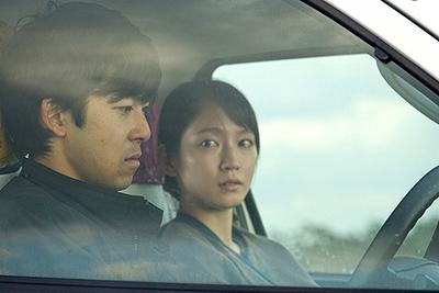 「泣く子はいねぇが」より、左から仲野太賀演じるたすく、吉岡里帆演じることね。
