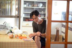 「名前」より、津田寛治演じる中村正男。