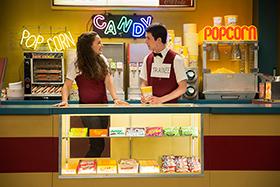 「13の理由」シーズン1より、キャサリン・ラングフォード演じるハンナ(左)とディラン・ミネット演じるクレイ(右)。