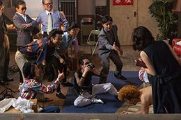 初めてのビニ本撮影で演出家としての才能を開花させた村西(中央右)。