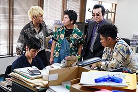 「任俠学園」より、左から西島秀俊演じる日村、佐野和真演じる真吉、前田航基演じる徹、池田鉄洋演じる健一、伊藤淳史演じる稔。