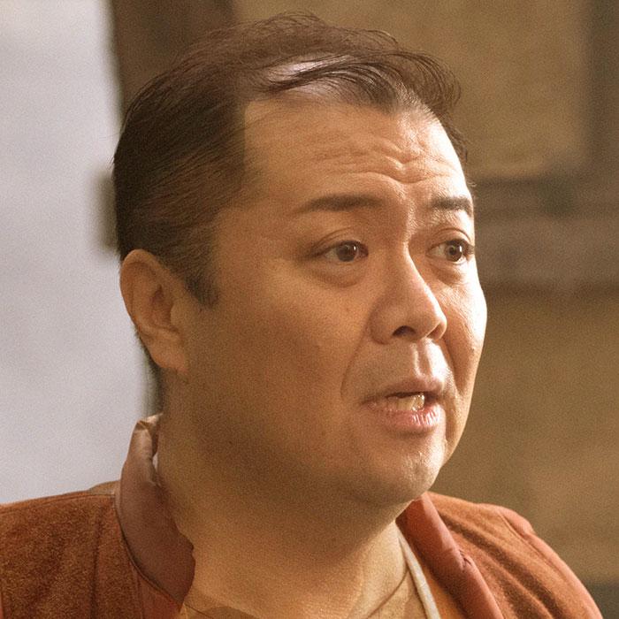 小杉竜一(ブラックマヨネーズ)演じるフランク。