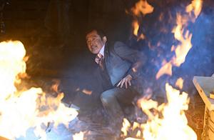 「劇場版おっさんずラブ ~LOVE or DEAD~」より、炎に包まれる黒澤武蔵(吉田鋼太郎)。