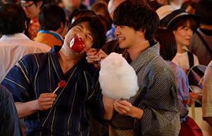 「劇場版おっさんずラブ ~LOVE or DEAD~」より、甚平を着た春田(左)と浴衣姿の牧(右)。