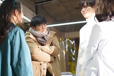 左から梶裕貴演じる摘木健一、藤田富演じるイケメンAIのType4。
