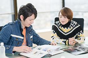 怪獣図鑑に夢中になる濱田龍臣(左)と潘めぐみ(右)。