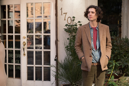 ラルフローレンの定番であるヘリンボーンのジャケットを着て、ニューヨークの街をさまようギャツビー(ティモシー・シャラメ)。