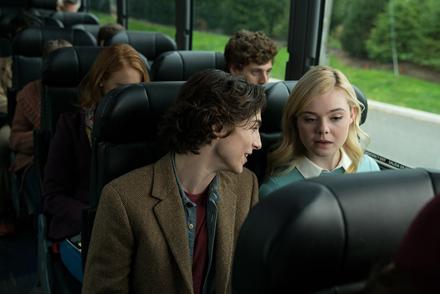 ニューヨーク行きのバスの中、ウキウキで計画を話すギャツビー(写真左 / ティモシー・シャラメ)と、取材のことで頭がいっぱいのアシュレー(写真右 / エル・ファニング)。