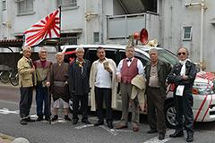 左から神風のヤス(小野寺昭)、五寸釘のヒデ(伊藤幸純)、ステッキのイチゾウ(樋浦勉)、若頭のマサ、龍三親分、はばかりのモキチ、カミソリのタカ(吉澤健)、早撃ちのマック。