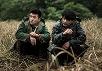 「迫り来る嵐」より、ドアン・イーホン演じるユィ・グオウェイ(右)。
