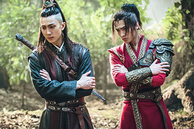 「神龍<シェンロン>-Martial Universe-」より、左からウーズン演じる林琅天、ヤン・ヤン演じる林動。