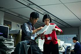 「新聞記者」より北村有起哉演じる陣野(左)、シム・ウンギョン演じる吉岡(右)。