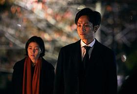 「新聞記者」より松坂桃李演じる杉原(手前)、シム・ウンギョン演じる吉岡(奥)。