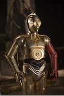 「スター・ウォーズ/フォースの覚醒」より、金色のボディが自慢のC-3PO(アンソニー・ダニエルズ)。