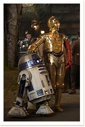 「スター・ウォーズ/フォースの覚醒」より。好奇心旺盛なR2-D2(左)に、何かと振り回されるC-3PO(右)。