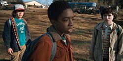 「ストレンジャー・シングス 未知の世界」シーズン1より、ケイレブ・マクラフリン演じるルーカス(中央)。