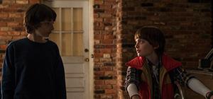 「ストレンジャー・シングス 未知の世界」シーズン1より、フィン・ヴォルフハルト演じるマイク(左)とノア・シュナップ演じるウィル(右)。