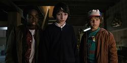 「ストレンジャー・シングス 未知の世界」シーズン2より、ゲイテン・マタラッツォ演じるダスティン(右)。