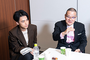 左から成田凌、中田秀夫。