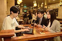 「スマホを落としただけなのに」より、成田凌演じる浦野善治(左)。