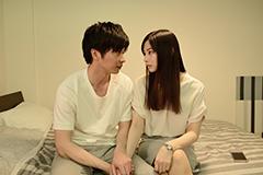 「スマホを落としただけなのに」より、左から田中圭演じる富田誠、北川景子演じる稲葉麻美。