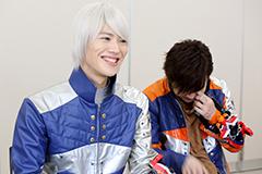 山崎大輝(左)、笑いすぎて涙を流す岸洋佑(右)。