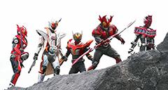 「仮面ライダー×スーパー戦隊 超スーパーヒーロー大戦」より。中央が仮面ライダー龍騎 サバイブ、右隣が仮面ライダーアギト バーニングフォーム。