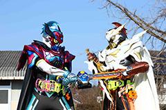「仮面ライダー×スーパー戦隊 超スーパーヒーロー大戦」より。左から仮面ライダーブレイブ、仮面ライダートゥルーブレイブ。