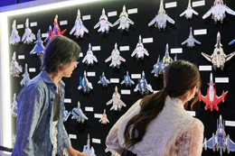「河森正治EXPO」を楽しむ河森正治(左)、水沢柚乃(右)。