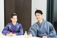 左から水原希子、妻夫木聡。