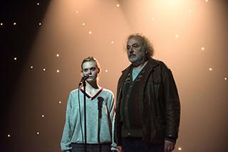 「ティーンスピリット」より、エル・ファニング演じるヴァイオレット(左)とズラッコ・ブリッチ扮するヴラド(右)。