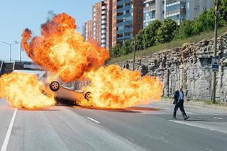 「TENET テネット」より、車の爆発シーン。