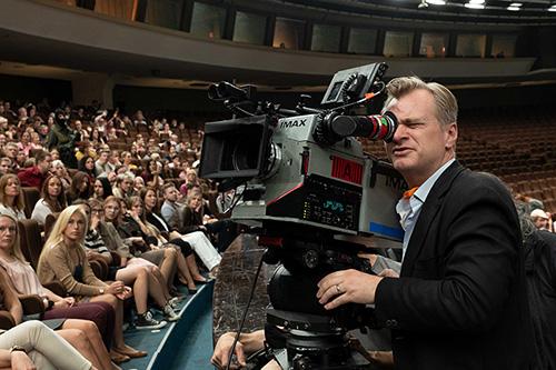 IMAXカメラのファインダーをのぞくクリストファー・ノーラン。