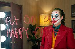 「ジョーカー」より、ホアキン・フェニックス演じるジョーカー。TM & ©DC. Joker ©2019 Warner Bros. Entertainment Inc., Village Roadshow Films (BVI) Limited and BRON Creative USA, Corp. All rights reserved.