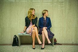 「マリッジ・ストーリー」より、ローラ・ダーン演じる弁護士のノラ(左)と、スカーレット・ヨハンソン演じるニコール(右)。(Netflixで独占配信中)
