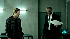ユタ(左)はホール教官(右)の指示のもと潜入捜査を進める。