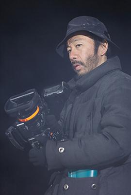 ソニーのPMW-EX3を抱える塚本晋也。
