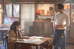 「雪の華」より、中条あやみ演じる平井美雪(左)と、登坂広臣演じる綿引悠輔(右)。