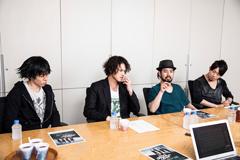 左から中村和彦(B)、菅原卓郎(Vo,G)、滝善充(G)、かみじょうちひろ(Dr)。