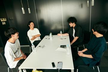左から田邊駿一(BLUE ENCOUNT)、山田将司(THE BACK HORN)、菅原卓郎(9mm Parabellum Bullet)、斎藤宏介(UNISON SQUARE GARDEN)。