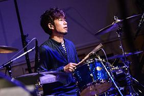 伊地知潔(Dr)(Photo by AZUSA TAKADA)