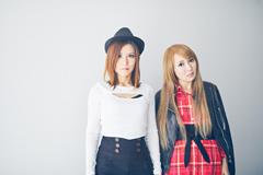 左からYoshi(G)、トキ(G)。