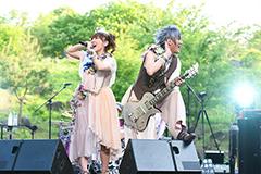 5月に山梨・河口湖ステラシアターで開催した「デビュー13周年記念☆拡大版『全部が主題歌ライヴ!!』」公演の様子。