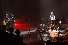 「アンジェラ・アキ Concert Tour 2014 TAPESTRY OF SONGS -THE BEST OF ANGELA AKI」東京・日本武道館公演の様子。(撮影:田中栄治)