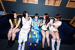 左から岡本真依(ひめキュンフルーツ缶)、渡邊璃生(ベイビーレイズJAPAN)、藤咲彩音(でんぱ組.inc)、村上来渚(GEM)、天野なつ(LinQ)。